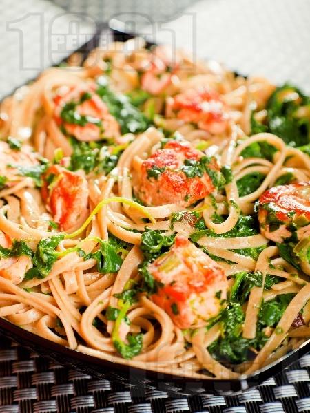 Паста фетучини (или спагети) със сос от сьомга, спанак, зехтин и праз лук - снимка на рецептата